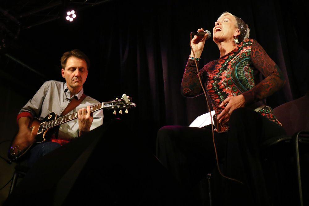 Irena Budweiseerová se svým dvorním kytaristou Linkou